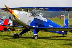 O biplano Bucker Bu-131 Jungmann produziu sob a licença como o PA de Tatra T-131 na pista de decolagem do aeroporto Fotos de Stock