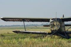 O biplano soviético quebrado está em um aeródromo abandonado imagens de stock royalty free