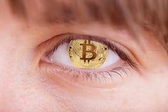 O bitcoim do ouro assina-a dentro eye foto de stock