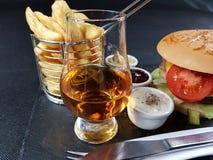 O blackbackground do blackplate dos molhos do hamburguer da bebida da barra do álcool da bebida come Foto de Stock Royalty Free