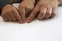 O blid de ensino caçoa para ler o texto no braile Fotografia de Stock