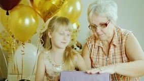 O bloco da avó e da neta apresenta junto Conceito ativo dos sêniores filme