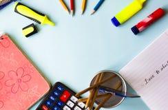 O bloco de notas, lápis, marcadores coloridos, colore a configuração do plano fotos de stock