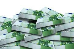 O bloco embala o punhado 100 cédulas do Euro isoladas Imagens de Stock