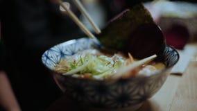 O blogger do alimento do moderno come a sopa picante dos ramen vídeos de arquivo