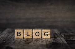 O blogue da palavra feito de cubos de madeira brilhantes com letras pretas na Fotos de Stock Royalty Free