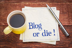 O blogue ou morre! Nota no guardanapo Foto de Stock Royalty Free