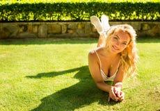 O blonde da mulher de negócio no fundo vermelho Imagens de Stock Royalty Free