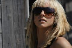 O blonde nos vidros Imagens de Stock