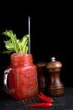 O Bloody Mary ou caesar com aipo no frasco de pedreiro orlararam a pimenta preta Imagens de Stock