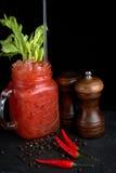 O Bloody Mary ou caesar com aipo no frasco de pedreiro orlararam a pimenta preta Imagem de Stock