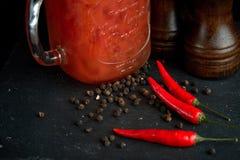 O Bloody Mary ou caesar com aipo no frasco de pedreiro orlararam a pimenta preta Imagens de Stock Royalty Free