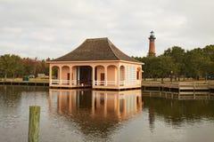 O boathouse histórico e Currituck encalham o farol perto do Corolla, Fotos de Stock Royalty Free