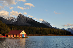 O Boathouse no lago no por do sol, jaspe Maligne Fotos de Stock Royalty Free
