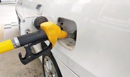 O bocal amarelo da gasolina usou-se à gasolina compacta de bombeamento imagens de stock