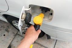 O bocal amarelo da gasolina usou-se à gasolina compacta de bombeamento fotografia de stock