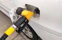 O bocal amarelo da gasolina usou-se à gasolina compacta de bombeamento imagem de stock royalty free