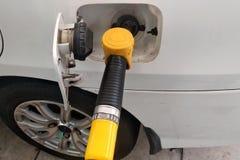 O bocal amarelo da gasolina usou-se à gasolina compacta de bombeamento imagem de stock