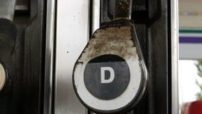 O bocal de combustível oxidado dilapidado velho para o combustível diesel no posto de gasolina pendura perto acima da vista vídeos de arquivo