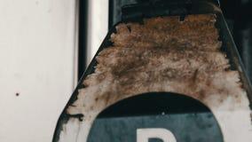 O bocal de combustível oxidado dilapidado velho para o combustível diesel no posto de gasolina pendura perto acima da vista video estoque