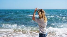 O bohemian bonito denominou e bronzeou-se a menina na praia na luz solar foto de stock royalty free