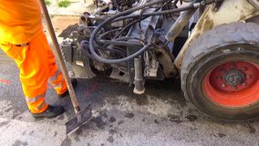 O boi de Skid do motorista do trabalhador remove asfalto gasto vídeos de arquivo