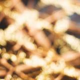O bokeh dourado desvaneceu-se fundo do cartão do feriado imagens de stock royalty free