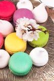O bolinho de amêndoa e o marshmallow em um vintage prateiam a bandeja Fotografia de Stock Royalty Free