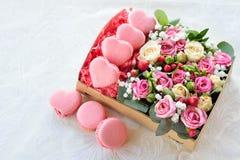 O bolinho de amêndoa francês coração-deu forma ao dia de Valentim, a caixa com flowe Imagens de Stock Royalty Free
