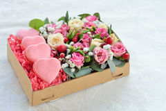 O bolinho de amêndoa francês coração-deu forma ao dia de Valentim, a caixa com flowe Fotos de Stock Royalty Free