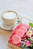O bolinho de amêndoa francês coração-deu forma ao dia de Valentim, a caixa com flowe Fotografia de Stock