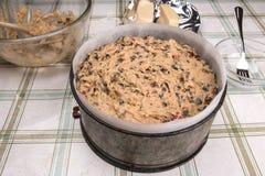 O bolo britânico tradicional da Páscoa do bolo de Simnel, apronta-se para cozer Fotografia de Stock