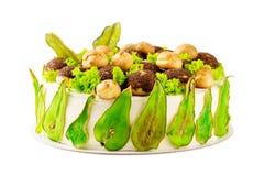 O bolo caseiro decorado com verde coloriu peras e profiterole imagens de stock