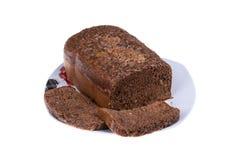 O bolo caseiro do cacau com nozes e passas cozeu no fabricante de pão isolado no fundo branco Imagem de Stock Royalty Free