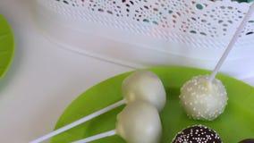 O bolo caseiro estala a mentira em uma placa Pr?ximo h? um recipiente com uma tran?a para sua decora??o vídeos de arquivo