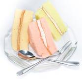 O bolo chiffon, a morango, o chá verde e a baunilha endurecem Fotografia de Stock Royalty Free