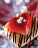 O bolo cobriu com coração e flores - trajeto de grampeamento Foto de Stock Royalty Free