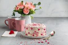 O bolo com corações pequenos e colorido polvilham no fundo cinzento Fundo romântico do amor Coração verde estilizado da ilustraçã fotografia de stock