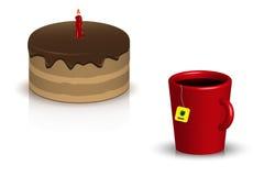 O bolo, copo do chá em um fundo branco Fotos de Stock