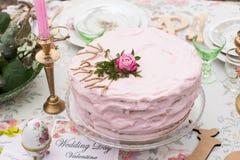 O bolo cor-de-rosa com aumentou imagem de stock