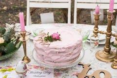 O bolo cor-de-rosa com aumentou Imagens de Stock Royalty Free