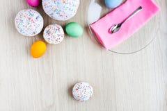 O bolo da Páscoa e os ovos coloridos em uma tabela branca Foto de Stock Royalty Free