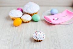 O bolo da Páscoa e os ovos coloridos em uma tabela branca Imagens de Stock