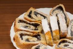 O bolo da semente de papoila cortado rola com pó do açúcar imagens de stock royalty free