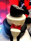 O bolo de aniversário bonito do toxedo imagens de stock