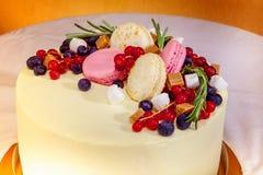 O bolo de aniversário com creme, o fruto fresco e as bagas deslizam Fotos de Stock