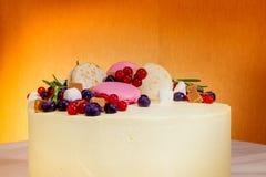 O bolo de aniversário com creme, o fruto fresco e as bagas deslizam Imagem de Stock Royalty Free