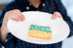 O bolo de aniversário, bolo de aniversário em uma placa lisa fotografia de stock royalty free