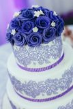 O bolo de casamento é servido aos convidados foto de stock