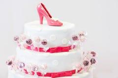 O bolo de casamento bonito delicioso em branco e em vermelho com bolo estala fotografia de stock royalty free